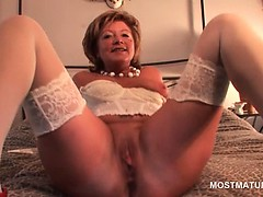 mature-sweetie-in-stockings-dildo-and-finger-fucks-herself